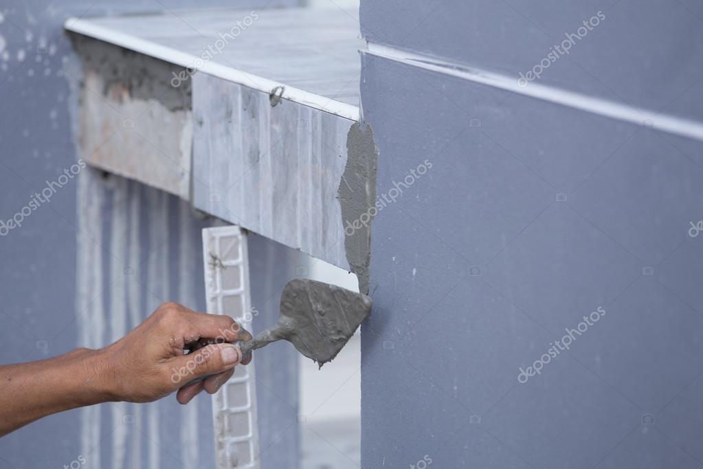 Piastrellista lavoro di costruzione è rivestimenti in piastrelle