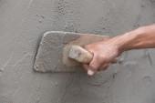 Fotografie Worker nutzen Kelle Beton an Wand Verputzen