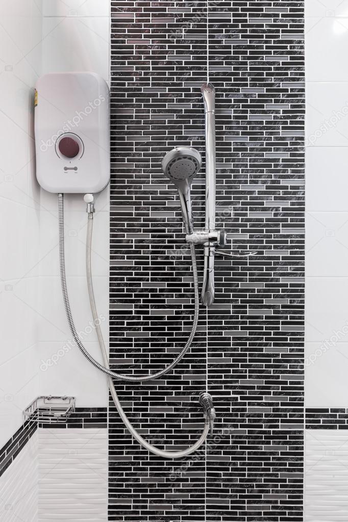 Dusche und Durchlauferhitzer im Bad — Stockfoto © geargodz #120418402