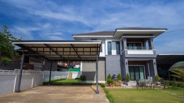 4k Time-lapse moderního domu s oblohou pozadí