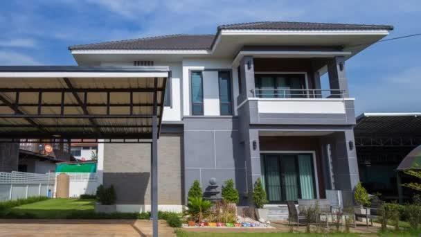4k Zeitraffer eines modernen Hauses mit Himmelshintergrund