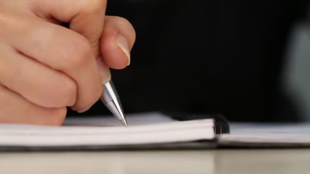 Nahaufnahme der Handschrift auf dem Papierschwenkbild der Handschrift auf dem Papier