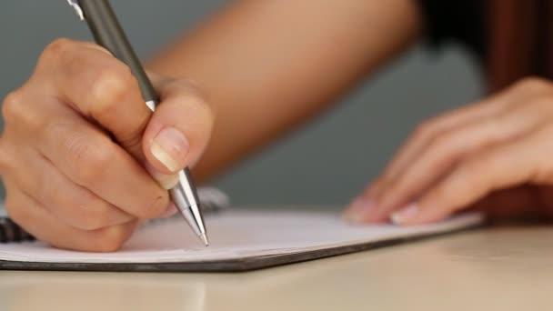 közelkép kézírásról a papírra írt kézírásos felvételen