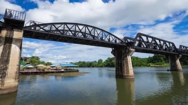 Zeitraffer des Bridge River Kwai mit Zug in Kanchanaburi, Thailand