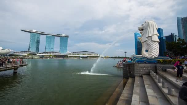 SINGAPORE - AUG 19, 2017 : Time-lapse of The Merlion Park with tourists visited (famous landmark of Singapore)