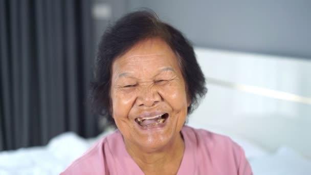 lassított felvétel boldog mosolygós idős nő