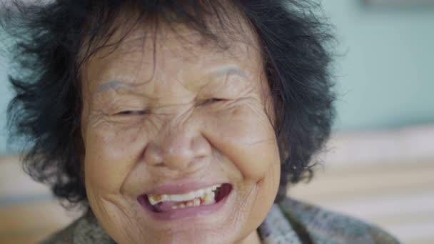 lassított felvételű idős nő nevetés