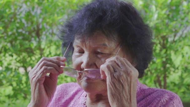 idős nő szemüveget visel