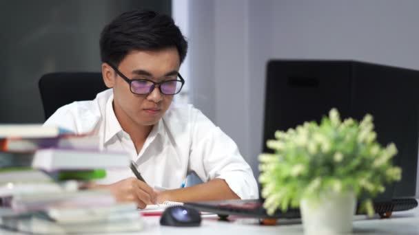 fiatal férfi tanul és ír a notebook laptop számítógép