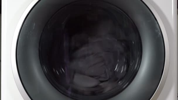 Waschmaschine mit rotierenden Kleidungsstücken im Inneren
