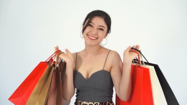 lassított felvételű vidám nő gazdaság bevásárló táska