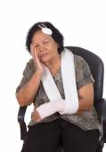Photo senior woman with head and hand injury