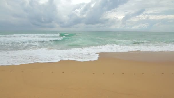 Gyönyörű tenger és a tengerpart sárga homok, kék ég, Phuket, Thaiföld