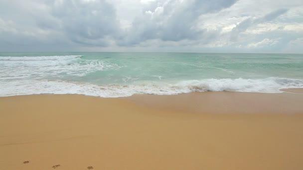 Krásné moře a pláž žlutý písek s modrou oblohou v Phuket, Thajsko