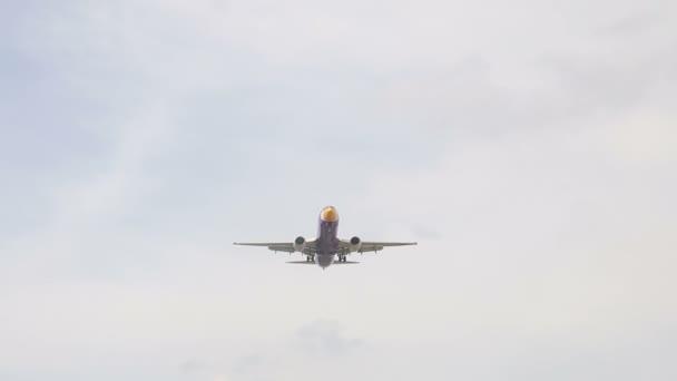 Jet-Flugzeug nähert sich Landung auf dem Flughafen Don Mueang