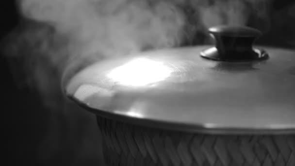 Stick rýže vaří páry v tkaní bambus a pot, klipu Hd