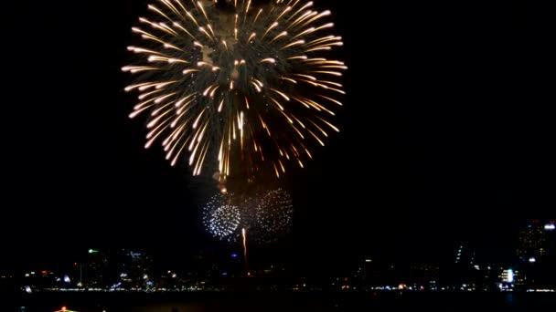Koláž Barevný ohňostroj vybuchující na noční obloze, šťastný nový rok festival