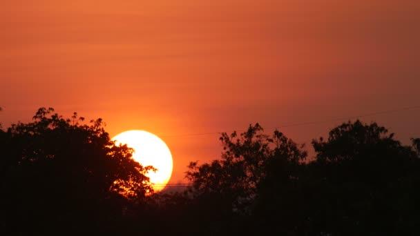západ slunce s načervenalou oblohou