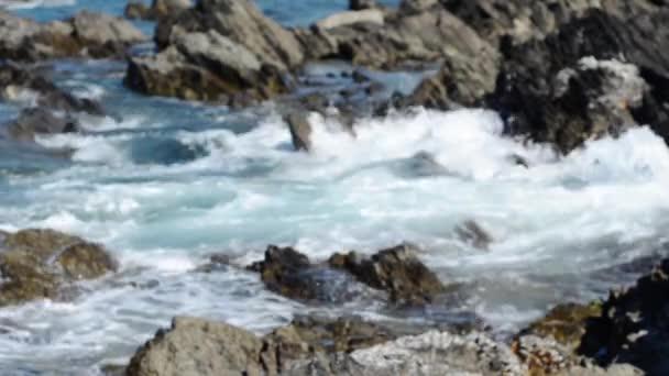 Velké vlny na skalách jako příliv