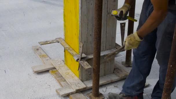 Arbeiter Verstärkt Die Hölzernen Schalung Mit Stahl Verbindungen