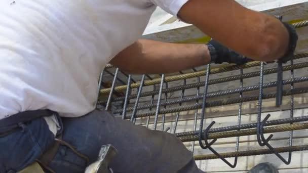 Arbeiter Hände mit Stahldraht und Zange an sicheren Betonstahl ...