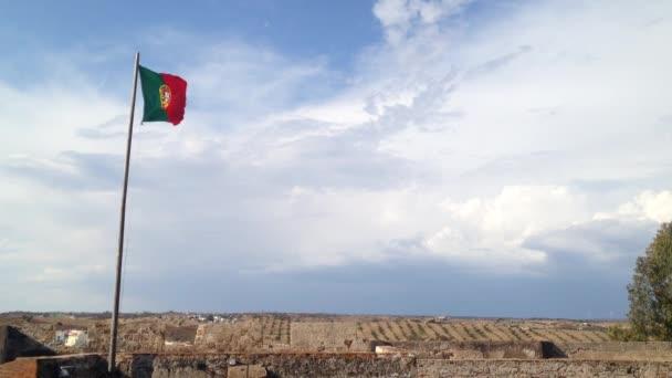 Portugália integetett tetején Castro Marim Castle, Algarve, Portugália zászlaja.
