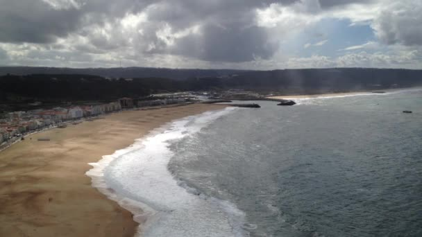 Malebný pohled Nazare města a pláže z výhledem na skály (Portugalsko)
