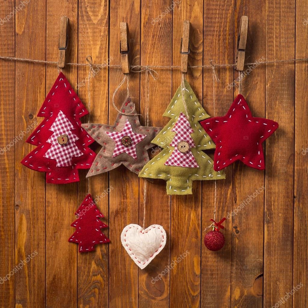 ea03a1e328c Adornos de Navidad hechos a mano sobre fondo de madera - adornos navideños  hechos de madera — Foto de ...