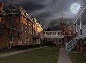 Strašidelné instituce nádvoří v noci