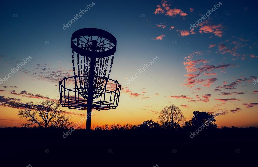 Silhouette Der Disc Golf Korb Gegen Sonnenuntergang Stockfoto