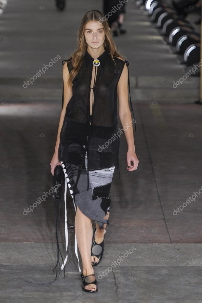 4fb346a985aa Милан, Италия - 27 сентября  модели прогулки взлетно-посадочной во время  показа мод Дамир Doma частью Милан моды недели весна лето 2016 27 сентября  2015 ...