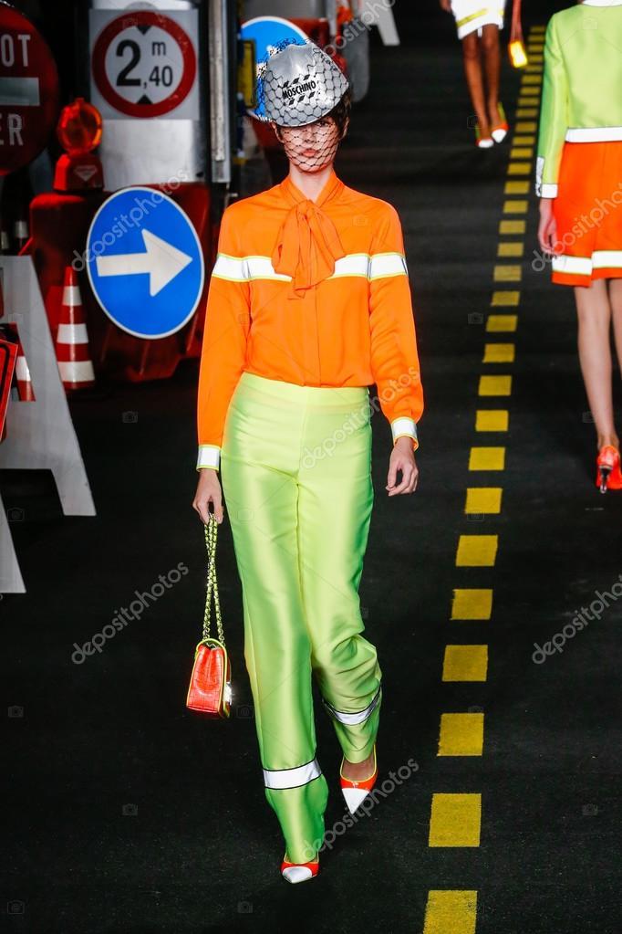 e13b221e961 Μιλάνο, Ιταλία - 24 Σεπτεμβρίου: μοντέλο στην πασαρέλα κατά την επίδειξη  μόδας Moschino ως μέρος του Μιλάνο εβδομάδα μόδας άνοιξη καλοκαίρι του 2016  στις 24 ...