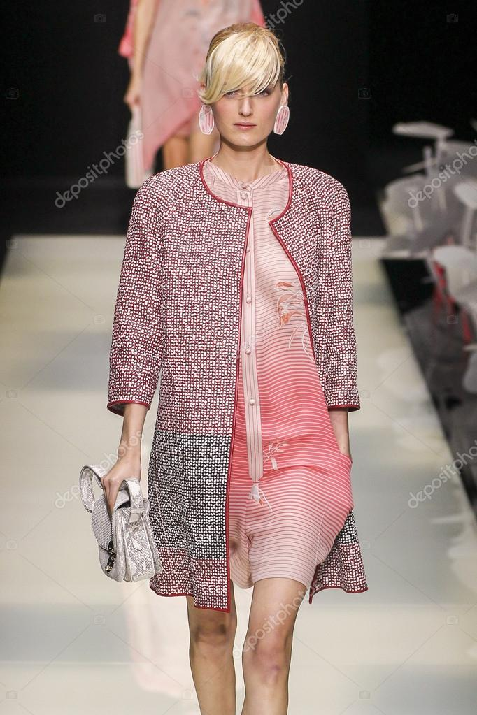 a23af2c8f366b Milão, Itália - 28 de setembro  modelo entra na passarela durante o desfile  de moda Giorgio Armani como parte de Milão semana de moda primavera verão  2016 ...