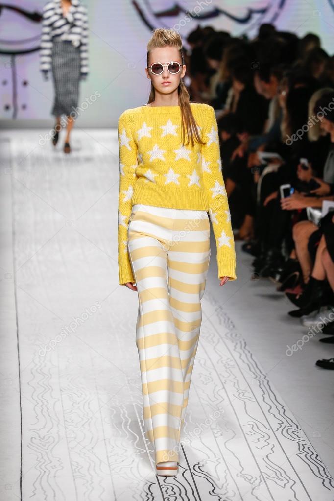 35c7562905b Μιλάνο, Ιταλία - 24 Σεπτεμβρίου: μοντέλο στην πασαρέλα κατά την εμφάνιση  της Max Mara ως μέρος του Μιλάνο εβδομάδα μόδας άνοιξη καλοκαίρι του 2016  στις 24 ...