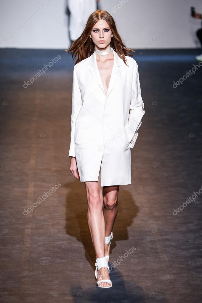 58abbb3d862 Μιλάνο, Ιταλία - 24 Σεπτεμβρίου: μοντέλο στην πασαρέλα κατά την εθνική  φορεσιά επίδειξη μόδας ως μέρος του Μιλάνο εβδομάδα μόδας άνοιξη καλοκαίρι  του 2016 ...