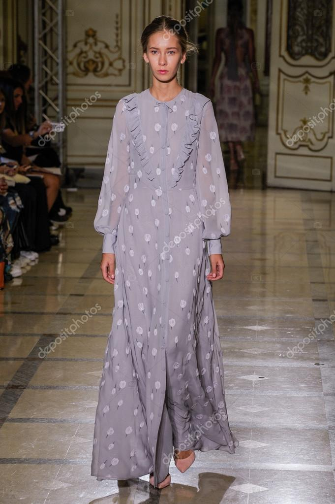 7e940a8b5fc Μιλάνο, Ιταλία - 24 Σεπτεμβρίου: μοντέλο στην πασαρέλα κατά την επίδειξη  μόδας Luisa Beccaria ως μέρος του Μιλάνο εβδομάδα μόδας άνοιξη καλοκαίρι  του 2016 ...