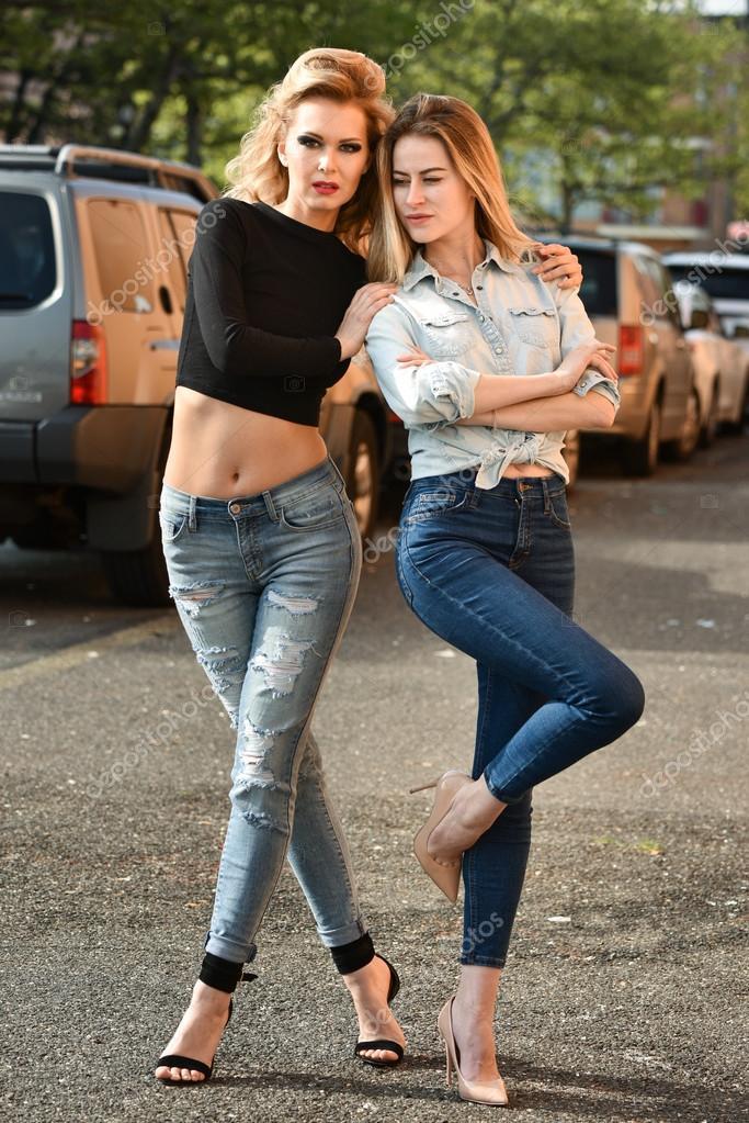 Modelos Posando Lá Fora Na Rua Fotografias De Stock Fashionstock