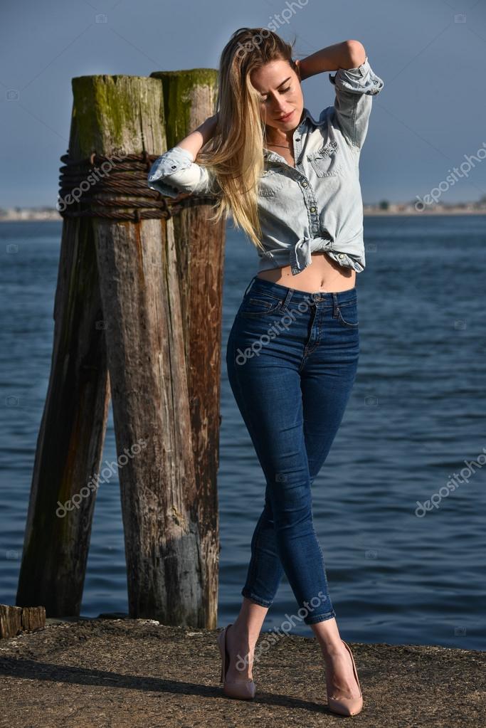 online store c9c93 dc302 Modello in jeans e camicia di jeans — Foto Stock ...