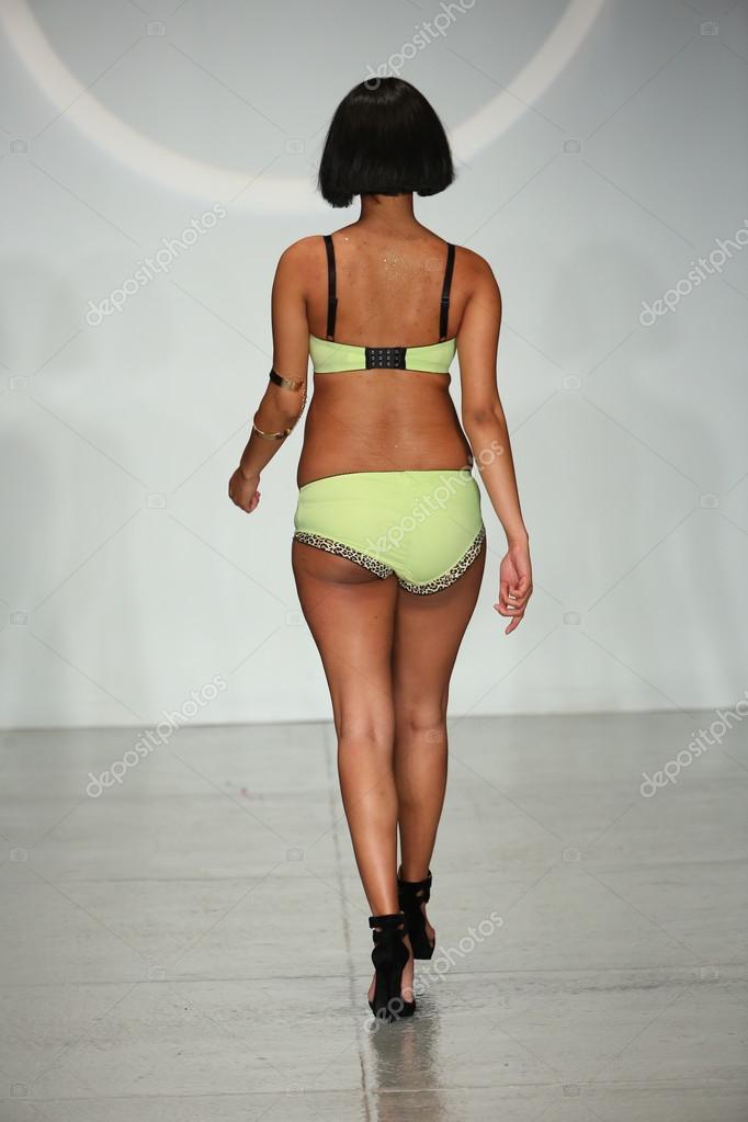 Finale desfile durante a semana de moda de Lingerie — Fotografia de ... 8052eb75771