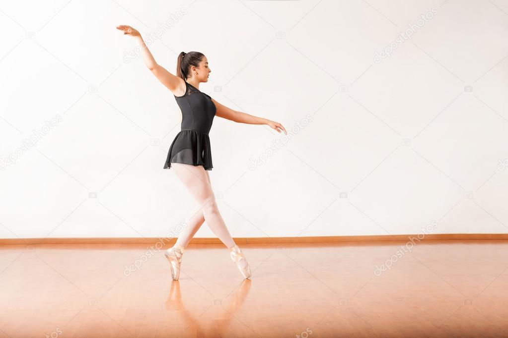 e6d59442979 Vista de la longitud completa de una bonita mujer ballet bailarina punta  Varo en un estudio de danza — Foto de ...