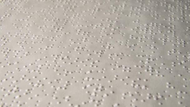 Braillova abeceda tištěný papír rotující zblízka makro 4k
