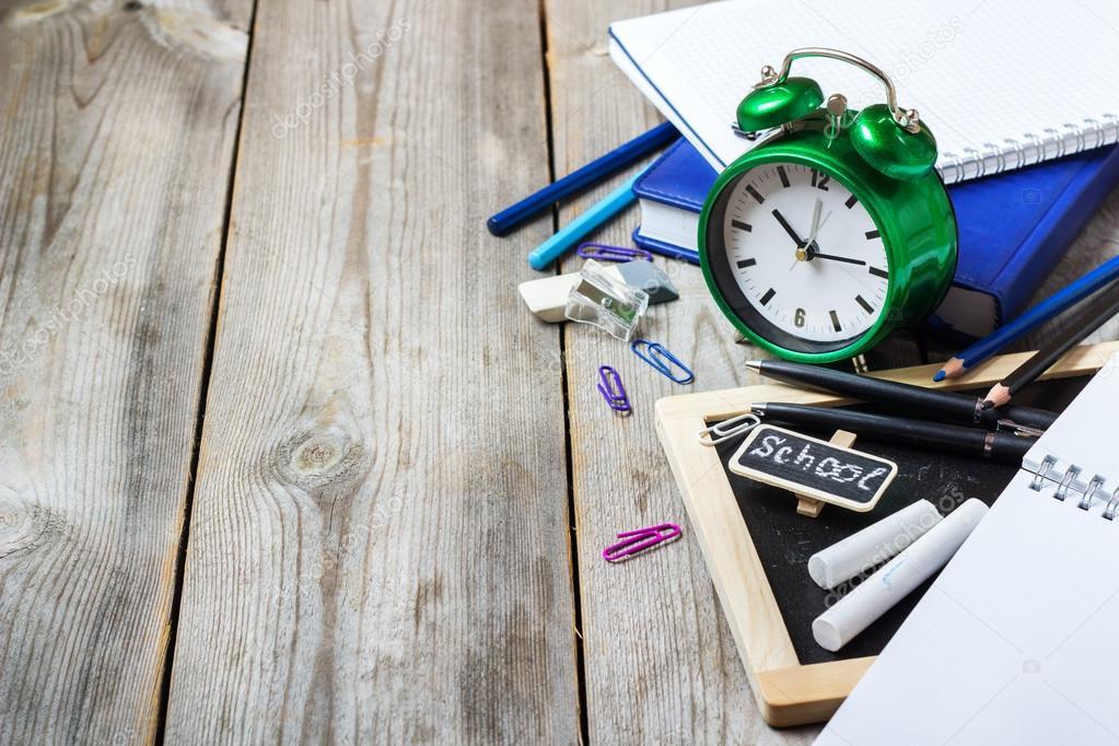Assortiment de bureau et lécole fournitures de bureau sur table