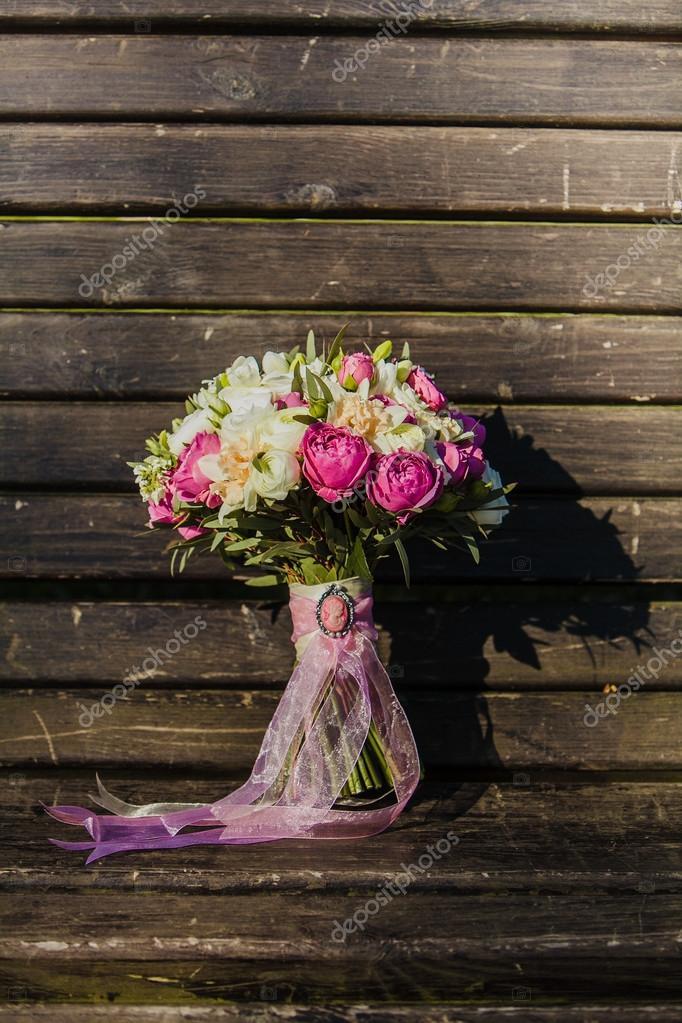 Hochzeitsstrauss Mit Einer Rosa Schleife Auf Holz Oberflache