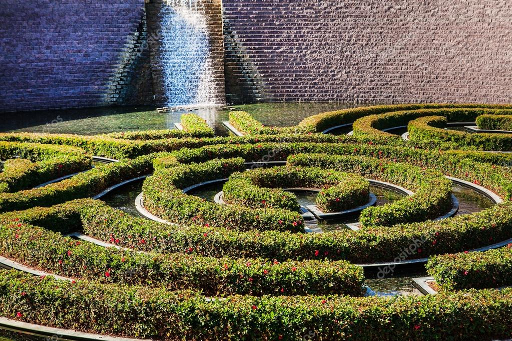 Wonderful garden maze during a sunny day landscape design for Sunny landscape designs
