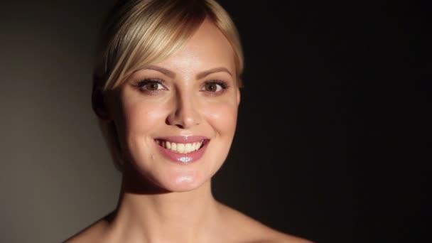 Gyönyörű kaukázusi szőke nő mosolyogva kamera.