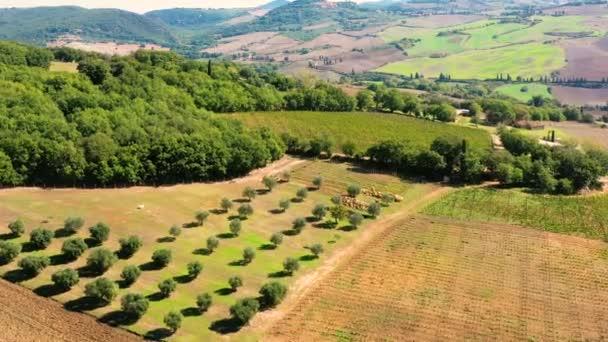 Olasz falu Monticchiello Toszkánában, Olaszországban. Drón repül át a csodálatos falu és a zöld rétek. Tökéletes autentikus utazáshoz Olaszországban
