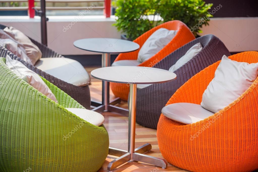 Buiten rieten stoelen stockfoto tiverylucky 114429874 for Buiten stoelen