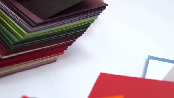 žena ruce zvolit vybrat správný odstín odstín z palety barev stupnice.