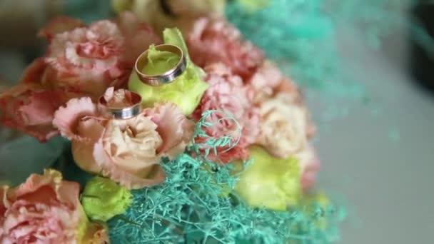 Esküvői csokor, virág eustoma, gyűrű