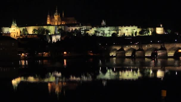 Reflexe z Prahy kasty a Karlův most za soumraku